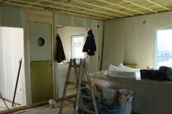 díry:: zprava kuchyň, komín, chodba - jsme v obýváku