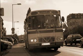 autobusik s hostami
