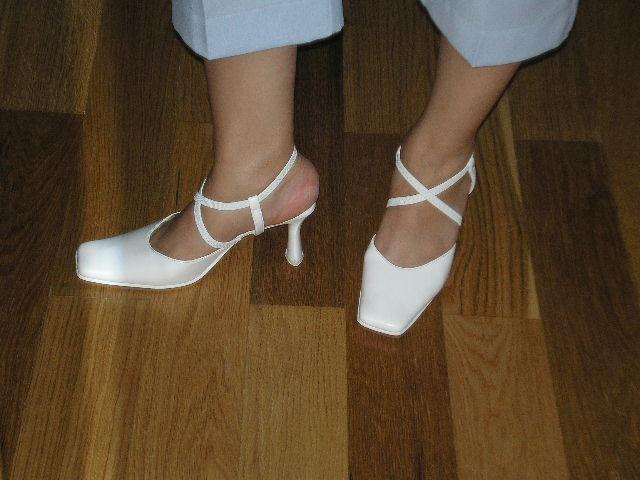 Nasa svadba - vzhladom k tomu,ze som tehulka zvolila som topanky,ktore nemaju okolo clenkov remienky ale gumicky a hlavne stabilny opatok:-)