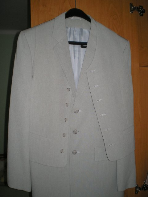 Nasa svadba - bledunko sedy oblek pre zenicha