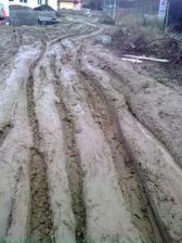 16.1.2011 prístupová cesta k stavbe :(