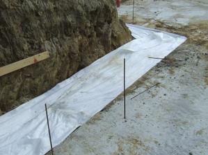 zasypané štrkom a položená geotextília, už len zahrnúť zeminou