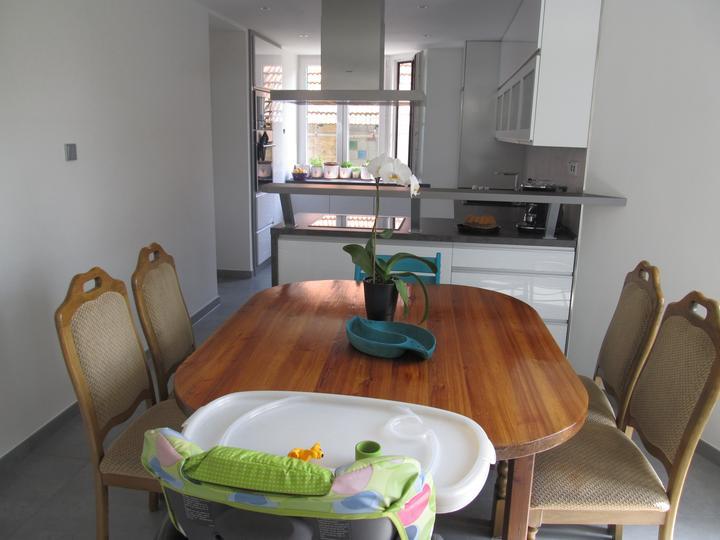 Naše bydlení - Stůl a židle původní, ale zatím s rošťákama bohatě stačí :)