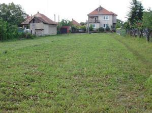 pozemok  má rozlohu 18,5 m x 110 m