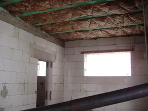 Stropy zateplené, vnútorné priečky hotové a ideme robiť elektroinštaláciu /pohľad na kuchyňu/