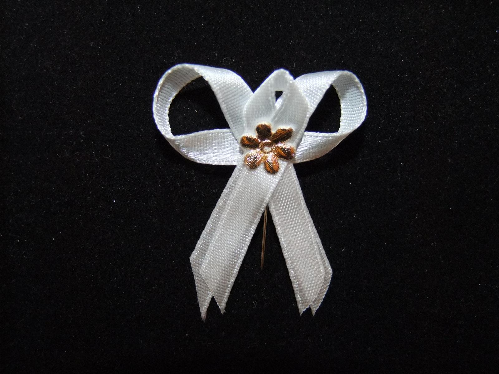 biele pierko zlatý kvet - Obrázok č. 1