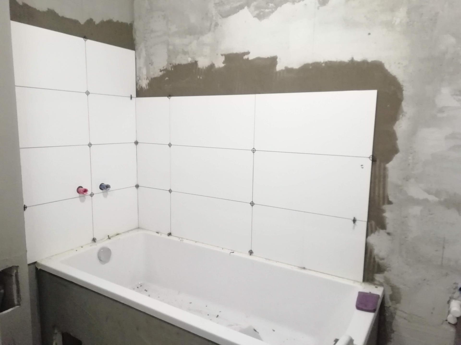 Prerábka kúpeľne, wc a chodby v byte - obklad lesklý biely 30x60 cm..nízka vaňa One s rozšíreným dnom ..pohodlná aj na sprchovanie aj na kúpanie..160 cm