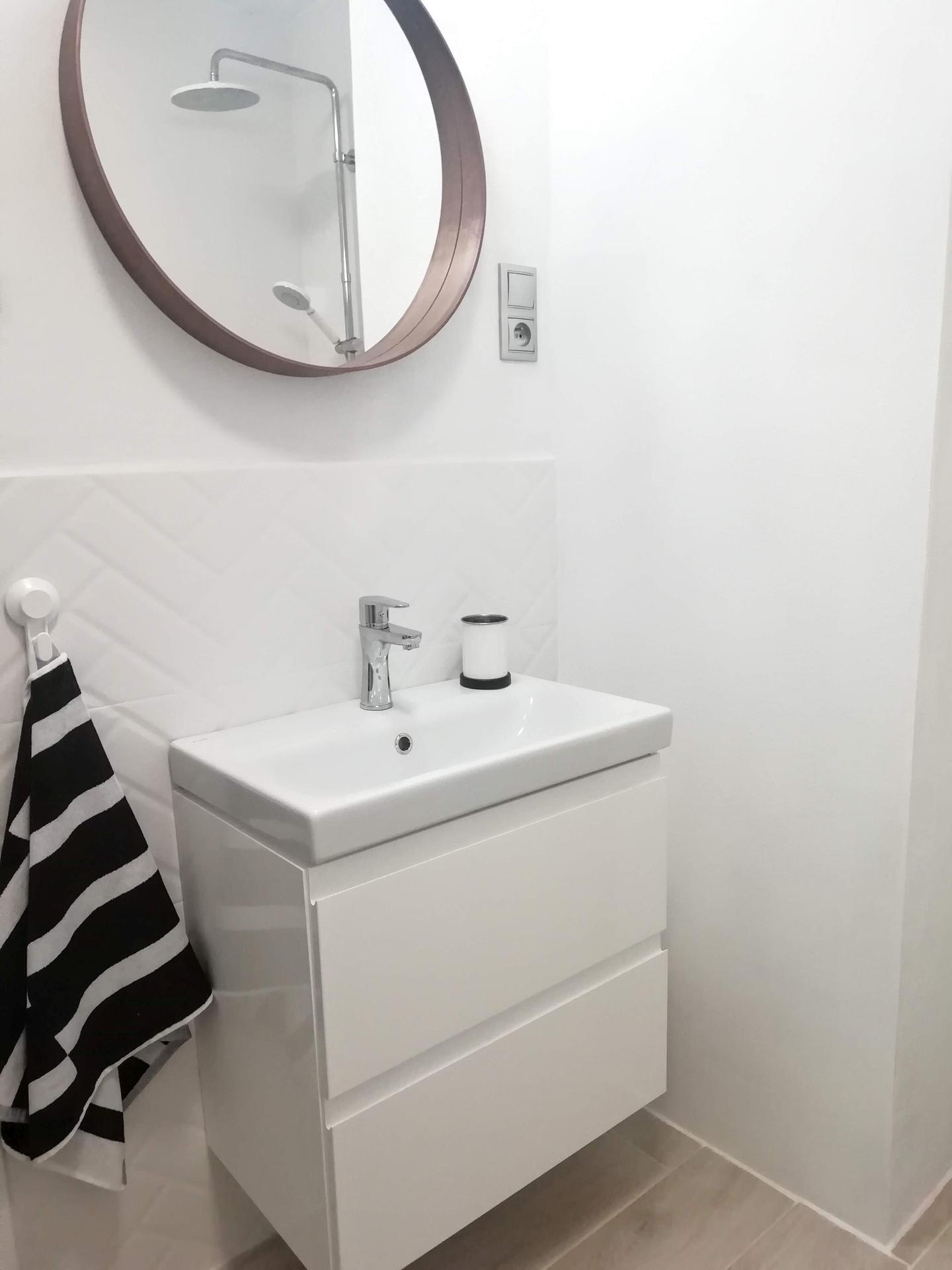 Prerábka kúpeľne, wc a chodby v byte - Slim umývadlová skrinka Cersanit