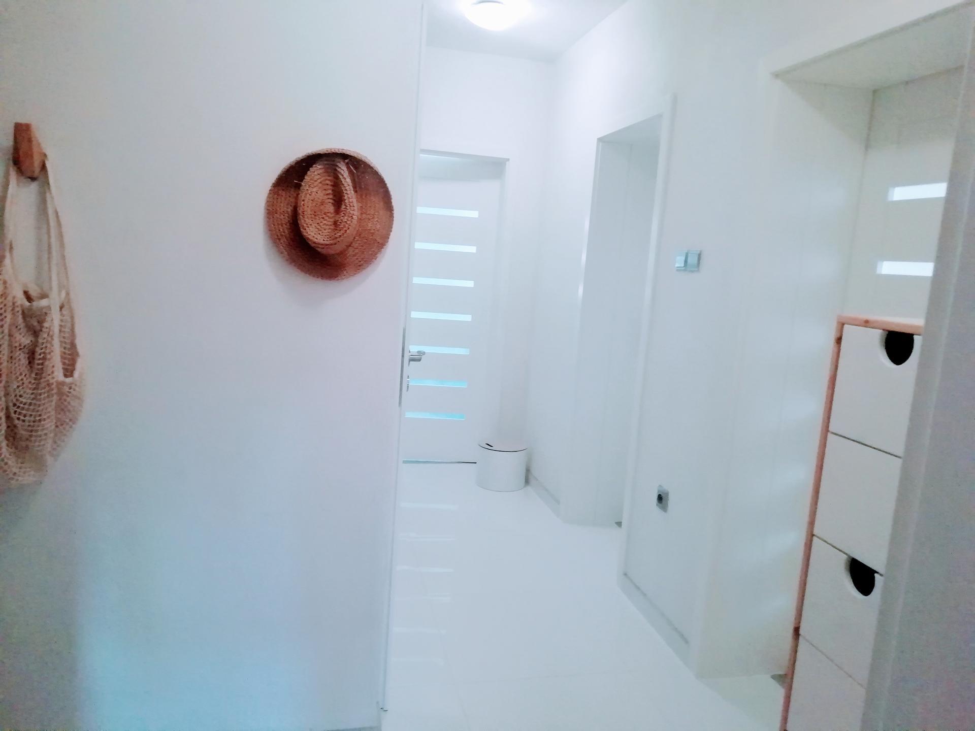 Prerábka kúpeľne, wc a chodby v byte - .. dlažba zašpárovaná..ešte vymaľovať...