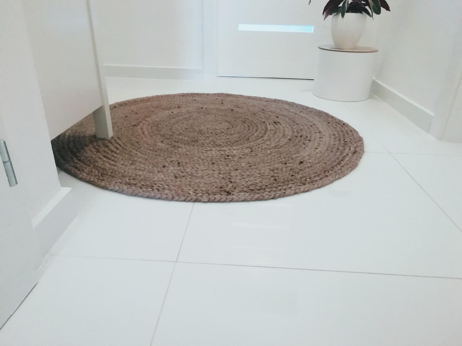 Prerábka kúpeľne, wc a chodby v byte - .. jutový koberček, priemer 110cm
