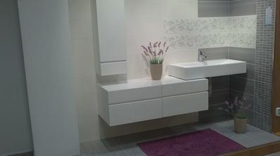 takáto bude spodná kúpeľňa...obklad organza, bielo-šedo-fialova ;-)