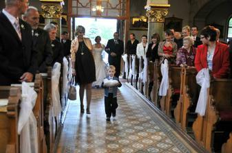 naše krstniatko nám nieslo svadobné obrúčky