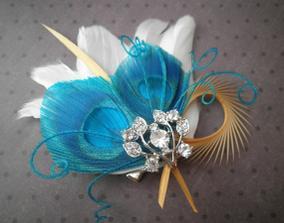 aj tento ozdobny fascinator sa mi paci  http://www.etsy.com/listing/68732867/teal-palms-white-feather-hair-facinator
