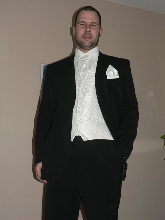 Moj buduci manzel v svadobnom obleku a veste - Obrázok č. 9