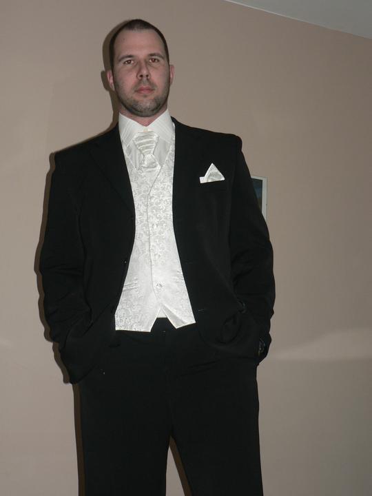 Moj buduci manzel v svadobnom obleku a veste - Obrázok č. 10