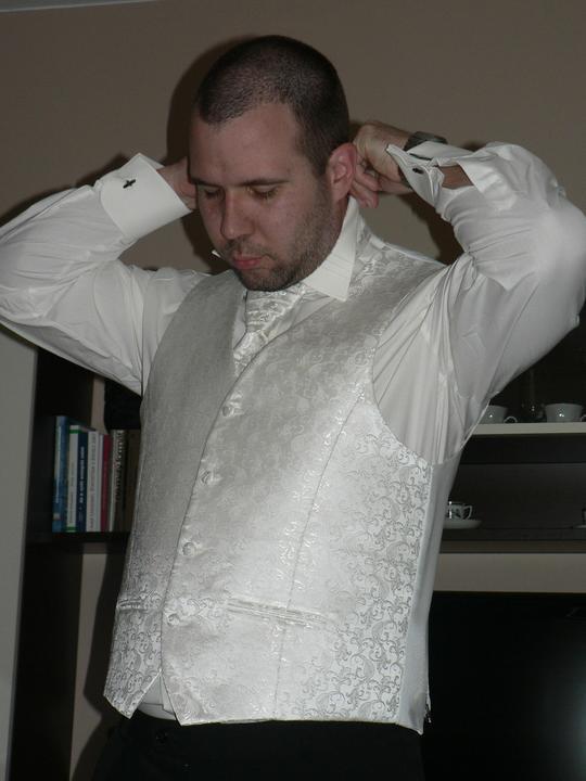 Moj buduci manzel v svadobnom obleku a veste - Obrázok č. 4