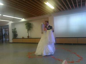 1.manzelsky tanec - zatial mam len fotky od rodiny