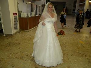 ja a moje svadobné šaty s vleckou