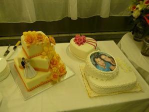 naša svadobná torta je v ľavo, zvyšné torty sme dostali od rodičov