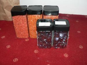 kamienky pod prstienky a oranzove sklenene kamienky na vyzdobu stola