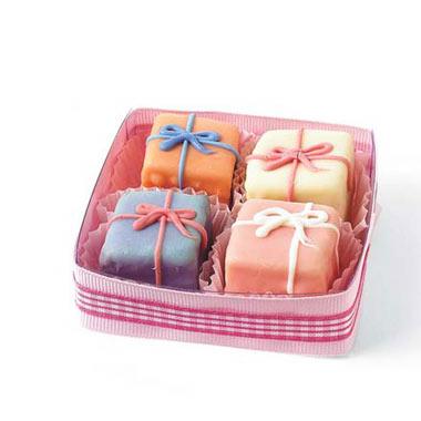 14.7.2006 - dáreček pro svatebčany,jen ty dortíky budou v bílé porcelánové mističce se stříbrným dekorem a k tomu stříbrná dezertní vidlička