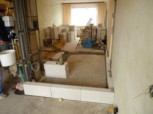 tak..a začíná se to rýsovat :) pohled na budoucí kuchyňský koutek (v popředí) a koupelničku :)