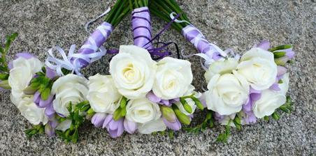 přwsně takové budou kytičky pro maminky  a pro mě bude z krémových růží, frézií a hůlavně tam všude bude levandule :D