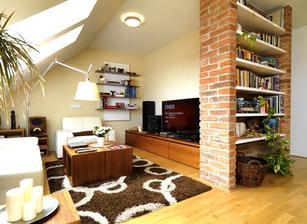 v obývačke podobná polička, len nie do priestoru, ale súčasť steny a miesto bielych políc drevo...