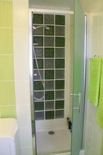 Sprchovací kút so sklobetónovou stenou