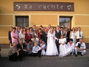 Všichni svatebčané a že nás bylo