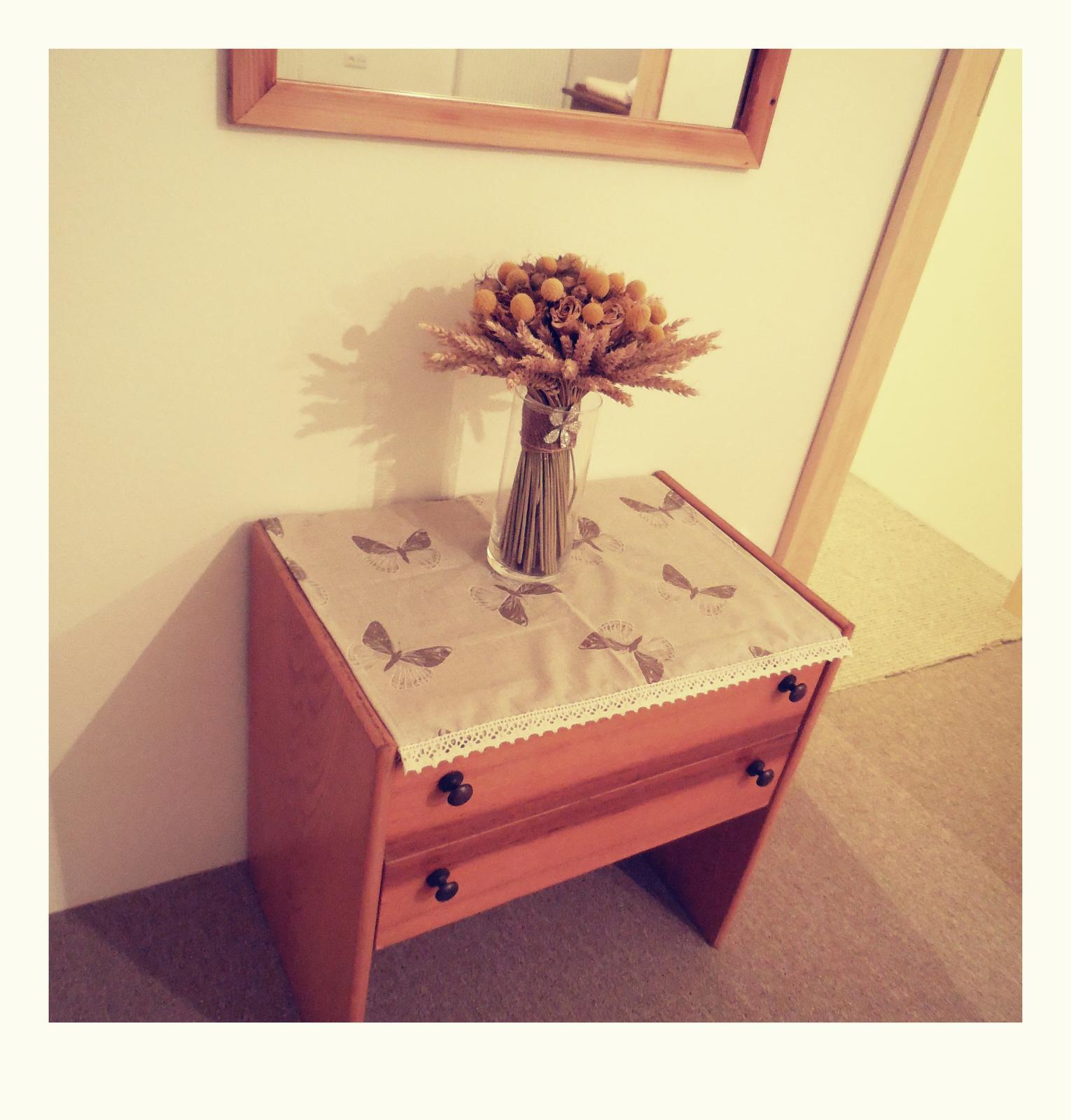Naše roubenka - Můj nový ubrousek pod svatební kytici :-)