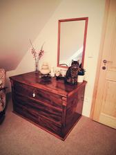 ložnicový koutek s chlupatou dekorací...