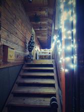 jmelí je zavěšené, stromeček stojí, svíčky svítí :-)
