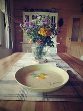 dnešní úlovky - košík hříbků na polévku a luční kytičky