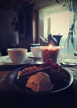 Domácí vanilková zmrzlina, drobenkový koláč a pozdní maliny...