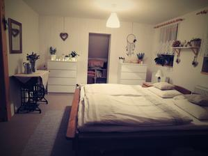 naše ložnice - manžel vyrobil skříň, už chybí jen šoupací dvevře a bude to dokonale ♥