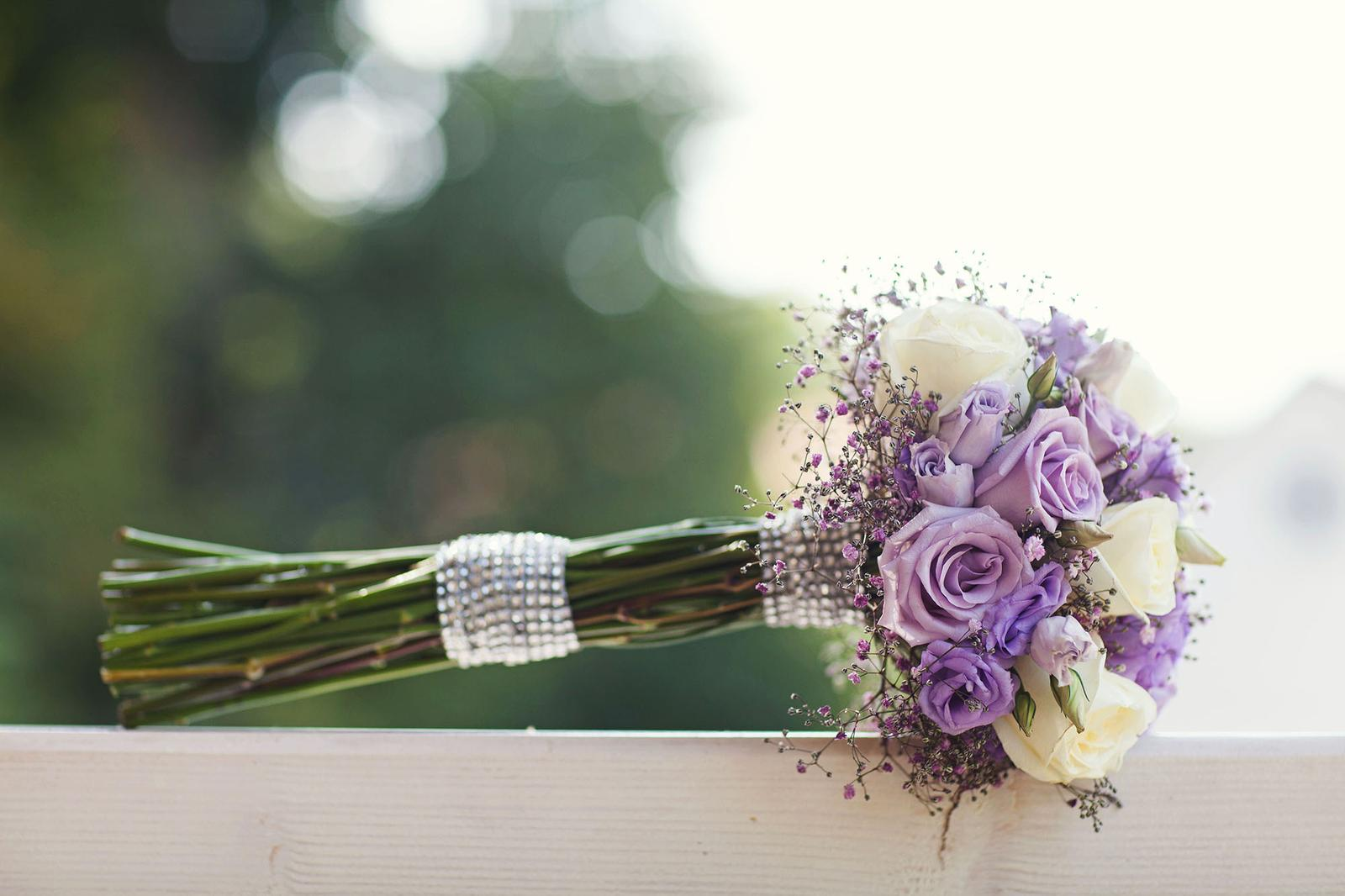 Dnes krásných 300 dní po svatbě a stále je na co vzpomínat! Pomalu začínáme plánovat oslavu našeho prvního výročí  a snažíme si užívat každou volnou chvíli spolu.....vědět, že život po svatbě je takhle skvělý, vdala jsem se už dřív :-) je to úžasný pocit, když víte, že ten váš je ten pravý :) - Obrázek č. 1