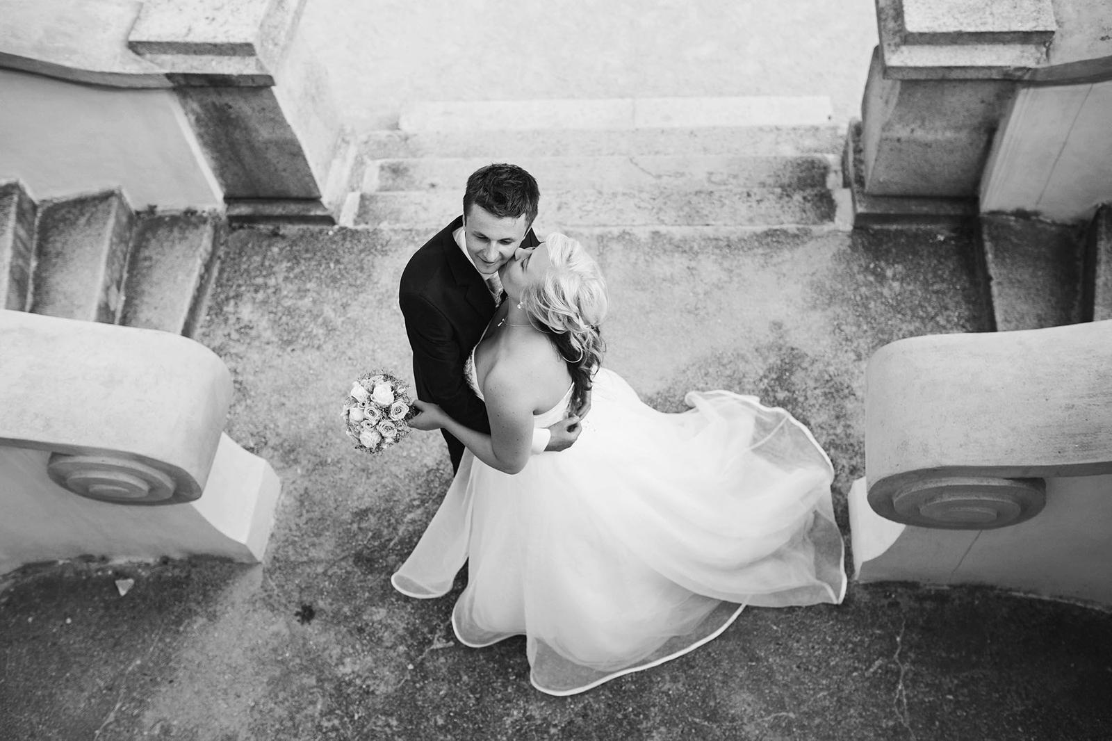 Dnes krásných 300 dní po svatbě a stále je na co vzpomínat! Pomalu začínáme plánovat oslavu našeho prvního výročí  a snažíme si užívat každou volnou chvíli spolu.....vědět, že život po svatbě je takhle skvělý, vdala jsem se už dřív :-) je to úžasný pocit, když víte, že ten váš je ten pravý :) - Obrázek č. 2