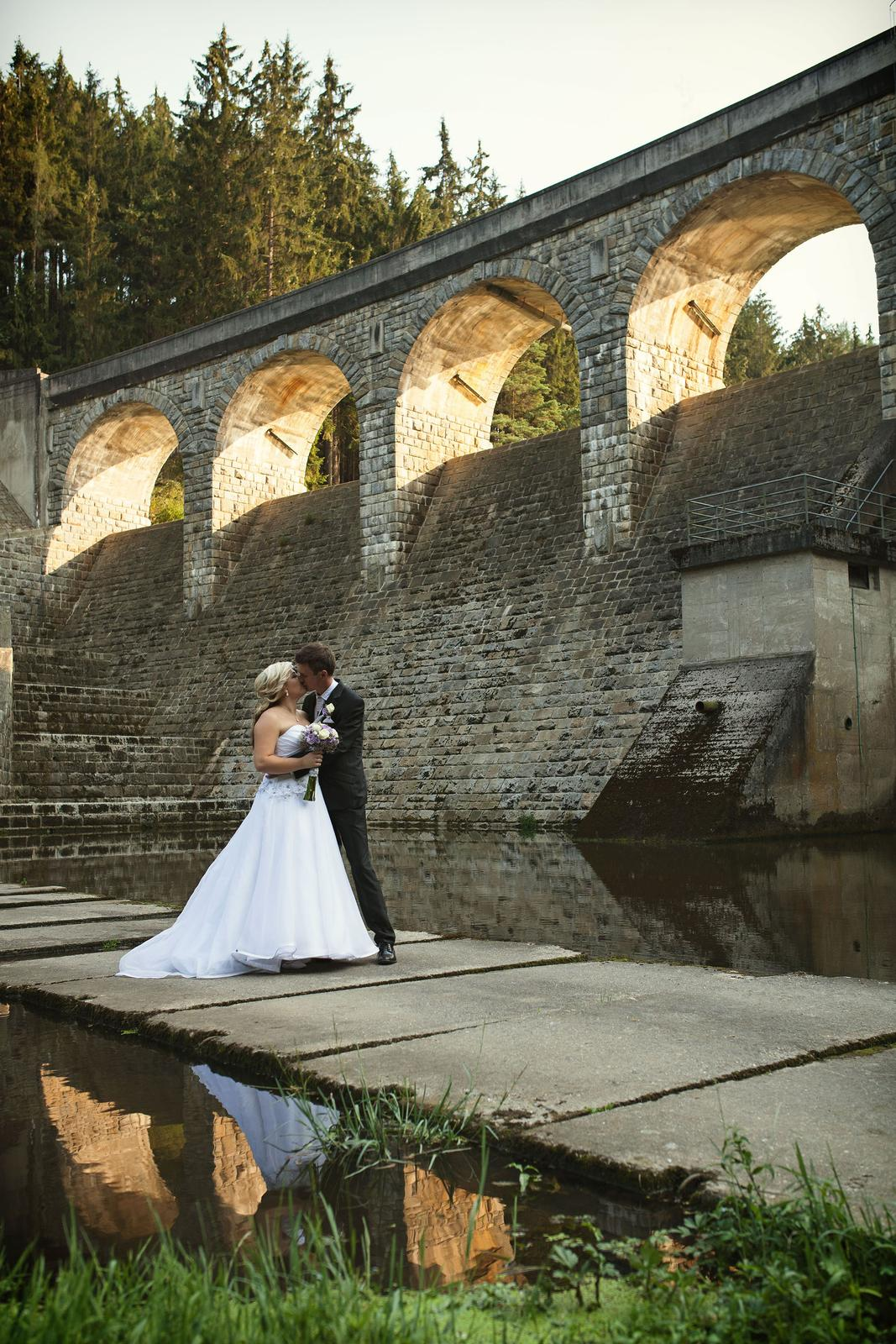 Dnes krásných 300 dní po svatbě a stále je na co vzpomínat! Pomalu začínáme plánovat oslavu našeho prvního výročí  a snažíme si užívat každou volnou chvíli spolu.....vědět, že život po svatbě je takhle skvělý, vdala jsem se už dřív :-) je to úžasný pocit, když víte, že ten váš je ten pravý :) - Obrázek č. 3