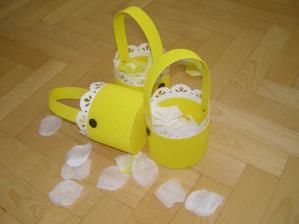 S mamkou jsme vyrobily košíčky pro družičky, snad to holky hned neroztrhají :-)