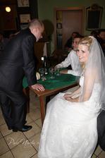 Unesená nevěsta, šťastná, že si pro ni holky dojely (ženich by mě tam asi nechal do teď)