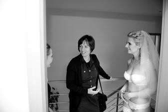 Takhle se vítají hosté ;o)  Mimochodem na fotce je naše kamarádka Pavla, která nafotila druhou půlku alba, svatbu ještě nefotila, a myslím, že se jí to vážně povedlo!