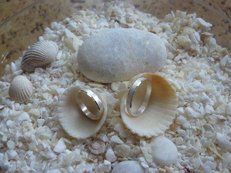 M + P představy a skutečnost, smetanovo - bílá svatba - Krásná dekorace prstýnku,akorát si dáme pod mušle jen bílé oblázky