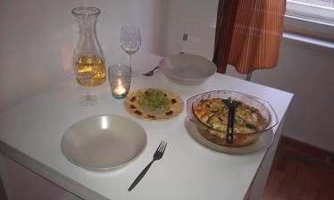 Romantická večeře ve dvou - víno v pevném i kapalném skupenství, sýr, sušená rajčata a zapečená brokolice s brambory, slaninou a sýrem :D