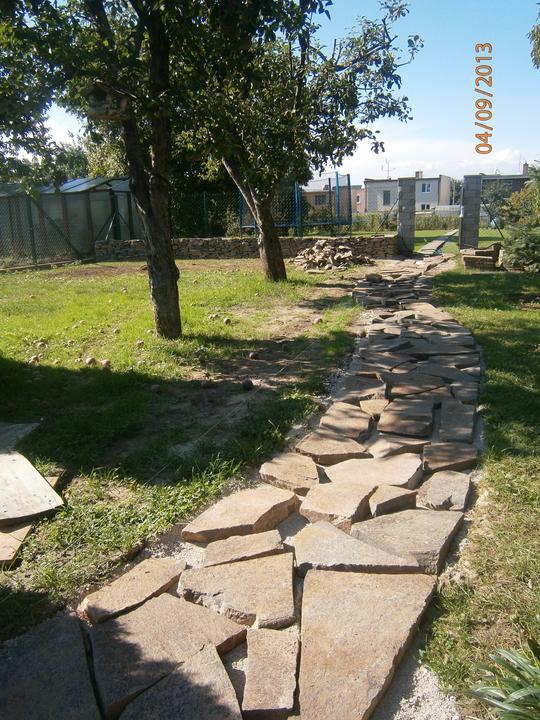 Záhrada pre oddych - Súčasný stav - chodník, ktorý bude lemovaný výsadbou trvaliek