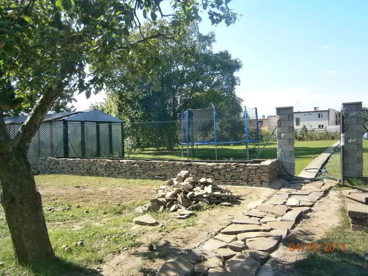 Záhrada pre oddych - Súčasný stav - stĺpiky, nad ktorými budú po konštrukcii šplhať ruže
