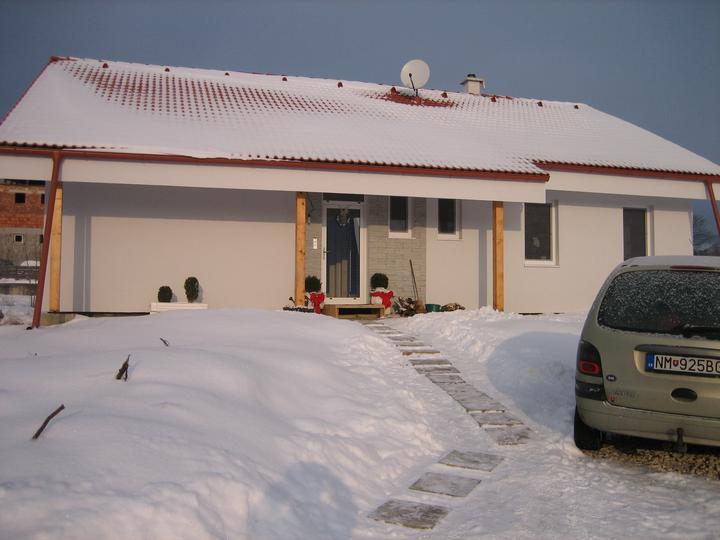 Už aj náš domček - Ešte obmurovať stlpy a obložiť kameňom. Nestihlo sa pred zimou :(