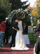 Prvá manželská pusa.