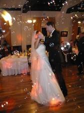 Prvý manželský tanec medzi bublinkami.