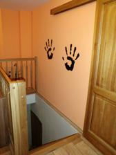 ručičky nad schodištem
